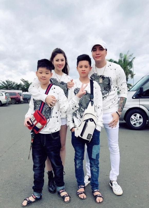 Hai nhóc tỳ nhà Lâm Chấn Khang đều đã sắp cao bằng ba cả rồi. (Ảnh: FB)