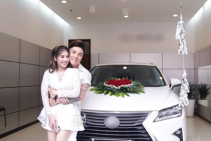 Đầu năm 2019, Lâm Chấn Khang khiến cả showbiz phải trầm trồ khi quyết định chơi lớn cầu hôn bạn gái Kim Jun See bằng chiếc xế hộp bạc tỷ cùng nhẫn kim cương siêu to khổng lồ .(Ảnh: FB)