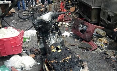 Nhiều xe máy bị cháy trơ khung - Ảnh: TTXVN