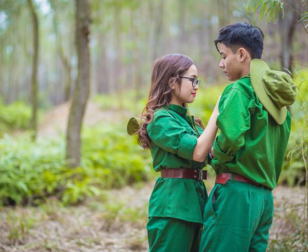 Không chỉ có tình đồng đội, các bạn trẻ còn tái hiện tình yêu chiến sĩ ngọt ngào, lãng mạn.