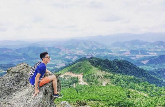 Ngồi trên đỉnh núi, ngắm trọn hình ảnh của đất trời, của non nước. Bạn có thể ngắm nhìn vẻ đẹp của Bản Gà từ trên cao. Ảnh:  Xuân Bách.