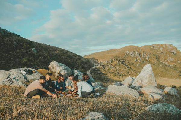Cao nguyên Đồng Cao là một địa điểm vừa đủ cho một chuyến dã ngoại cuối tuần cùng bạn bè. Cùng nhau thưởng thức một bữa tiệc BBQ ngoài trời, dựng lều ngắm trăng sao, non nước... sẽ khiến cho cuối tuần của bạn trở nên hú vị hơn. Ảnh: Haruka.