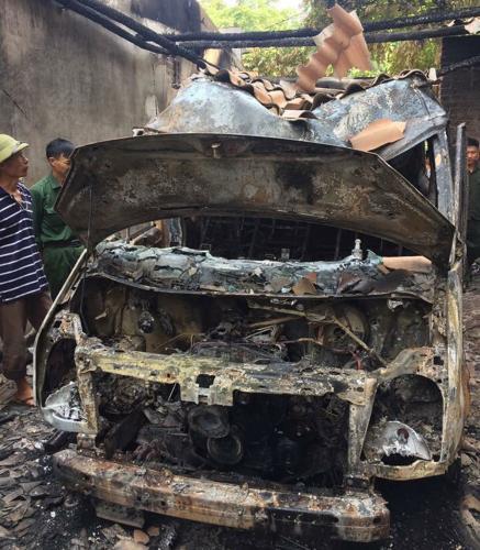 Hiện trường vụ cháy gara ô tô của gia đình ông Tống Công Chiến, thôn Lộc Ninh, xã Ngọc Châu (Tân Yên).