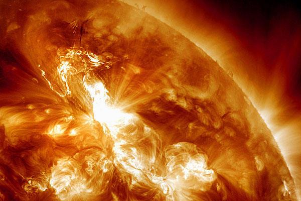 Cơn bão mặt trời với bức xạ cực mạnh, tương đương hàng triệu quả bom nguyên tử 100 megaton phát nổ cùng lúc. Ảnh: Tri thức trẻ