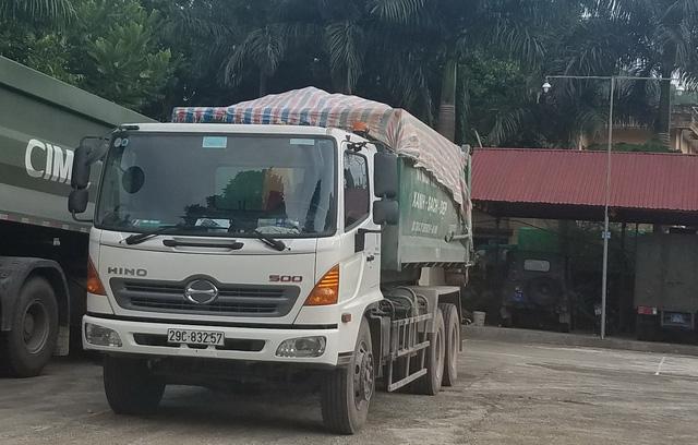 Chiếc xe tải bị người dân bắt quả tang khi đổ trộm chất thải đang được niêm phong tại Công an huyện Chợ Mới.