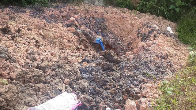 Chất thải lạ được đổ tràn lan trên địa bàn huyện Chợ Mới, tỉnh Bắc Kạn.
