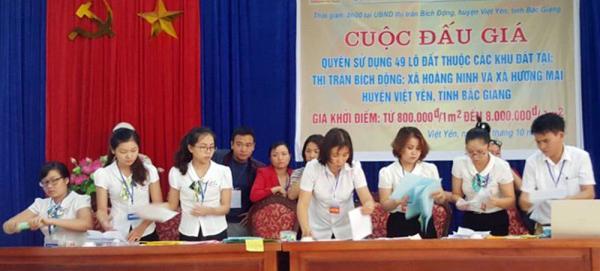 Một phiên đấu giá quyền sử dụng đất tại huyện Việt Yên.