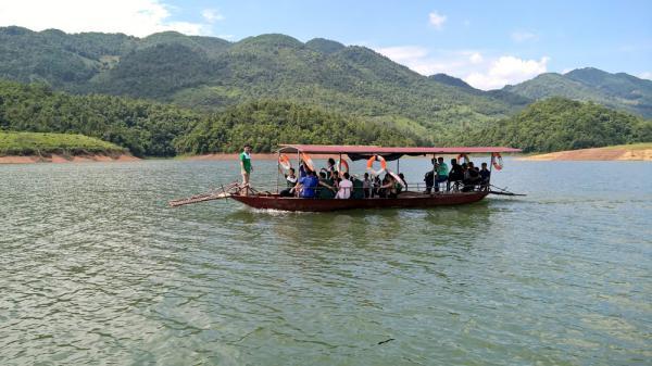4-Hồ Cấm Sơn. Công trình thủy nông này nằm ở địa phận huyện Lục Ngạn, một phần giáp tỉnh Lạng Sơn. Bình thường, mặt hồ rộng 2.600 ha nhưng đến mùa mưa, lũ, nước dâng cao, mặt hồ lúc này có thể rộng đến 3.000 ha. Xung quanh hồ là những dãy núi cao bao bọc. Hồ Cấm Sơn rất thích hợp với các loại hình du lịch: Bơi thuyền, leo núi, câu cá, đi bộ vào các làng xóm của đồng bào dân tộc, hay đi chơi rừng…