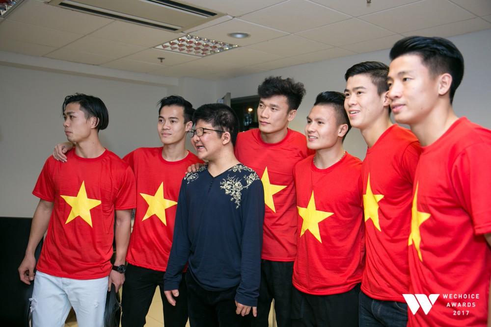 Bôm hạnh phúc chụp ảnh cùng 6 tuyển thủ.