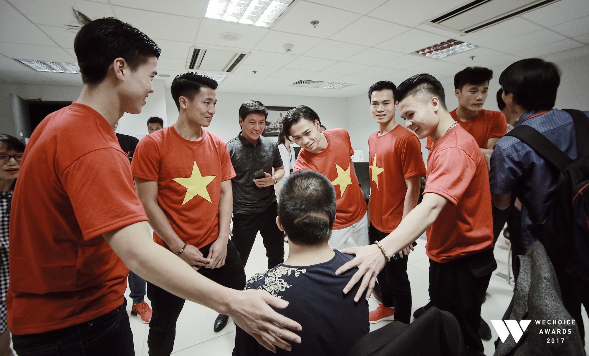 Những chàng trai U23 Việt Nam trò chuyện cùng bé Bôm.