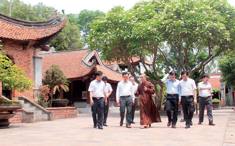 Du khách thăm chùa Vĩnh Nghiêm.