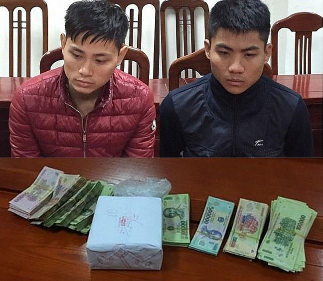 Đối tượng Nguyễn Văn Tỉnh (bên trái) và Dương Văn Hiệp ở xã Hoàng Lương (Hiệp Hòa) cùng tang vật vụ án vận chuyển hai bánh heroin, 400 viên hồng phiến.