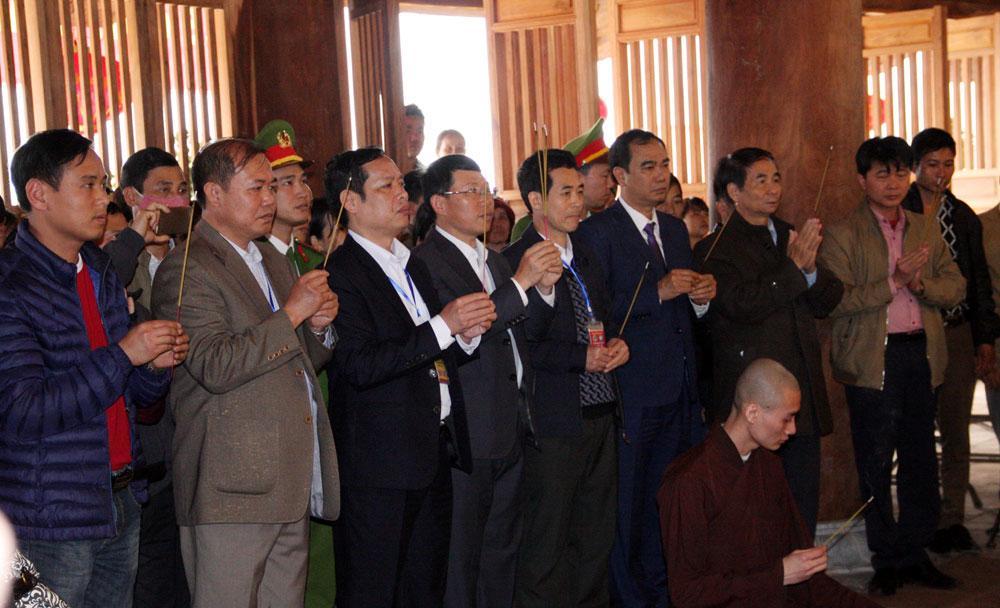 Các đồng chí lãnh đạo tỉnh, ngành chức năng thắp hương tại Chùa Hạ.