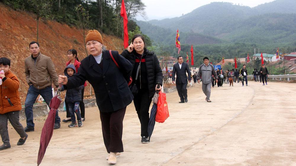 Du khách đến với Khu du lịch tâm linh- sinh thái Tây Yên Tử.