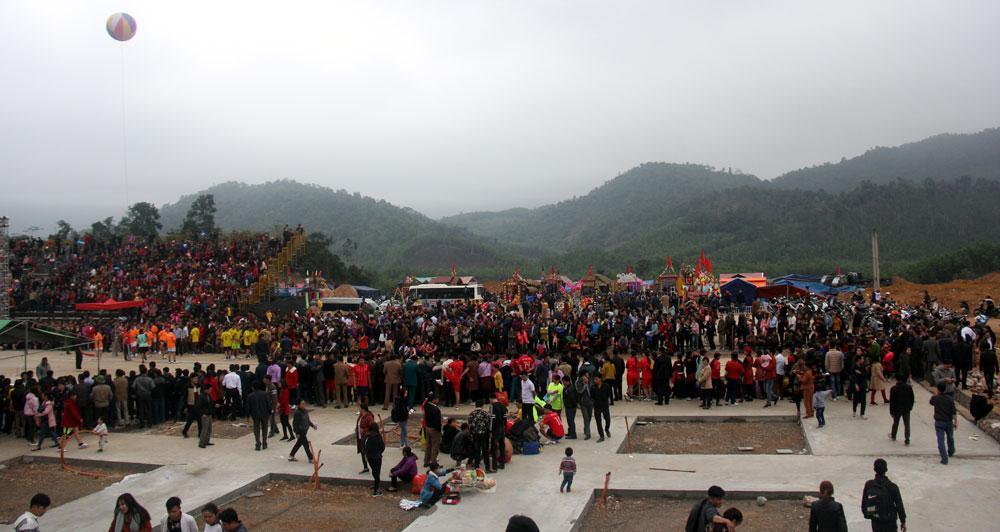 Đông đảo du khách, nhân dân tham gia lễ hội.