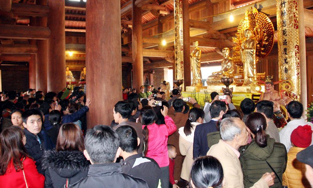Du khách đến chiêm bái  tại chùa Hạ.