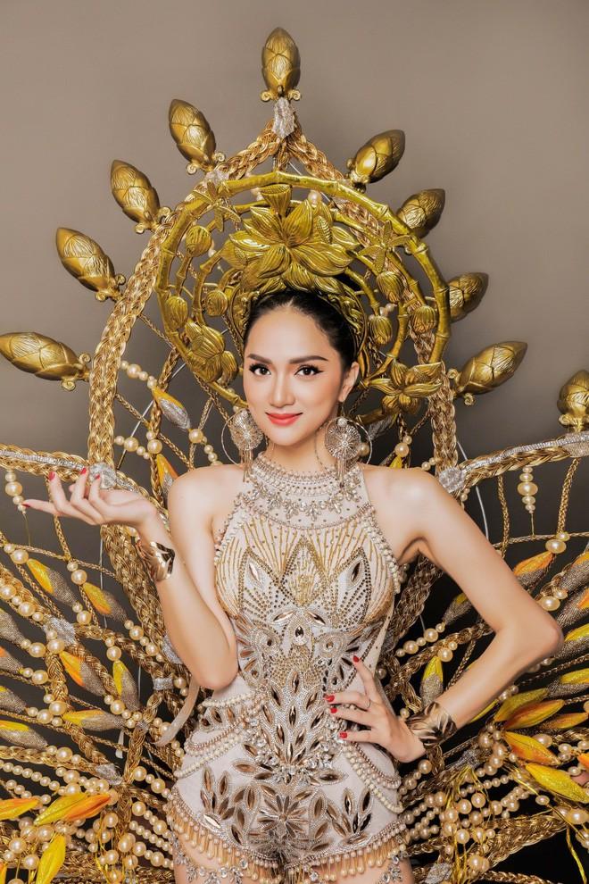 Hình ảnh ấn tượng của Hương Giang trong trang phục dân tộc.