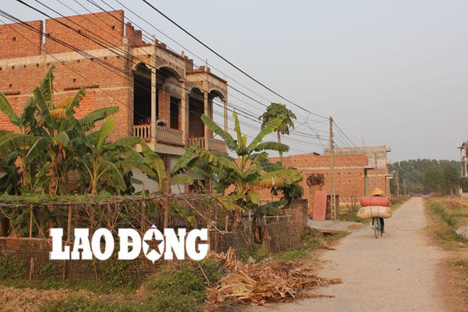 Những ngôi nhà chưa hoàn thiện tại Đồng Sau.