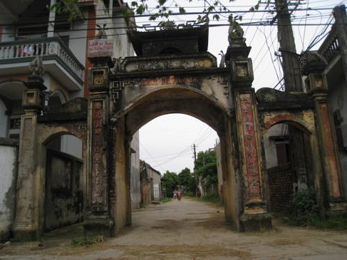 Cổng làng Phục Lễ, nơi đặt tượng chó đá- ảnh báo Công Lý