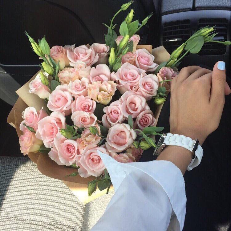 Tình cảm nồng nàn là thế nhưng mới 36 ngày sau đã công khai quà tặng của tình mới lên Instagram, Faceook. Hỏi có tức không? (Ảnh minh hoạ)
