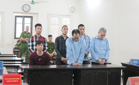Bị cáo Hải (ngồi) và đ.ồng phạm tại phiên xử.