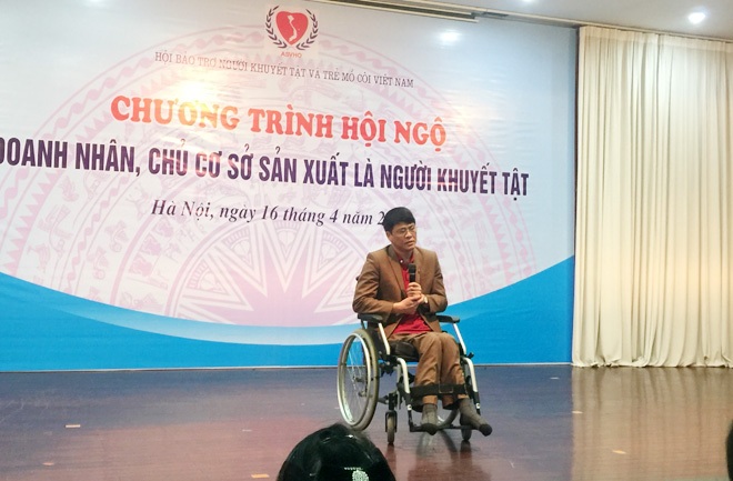 """Ông Hội kể lại quá trình vươn lên của mình trong chương trình """"Hội ngộ doanh nhân, chủ cơ sở sản xuất là người khuyết tật""""."""