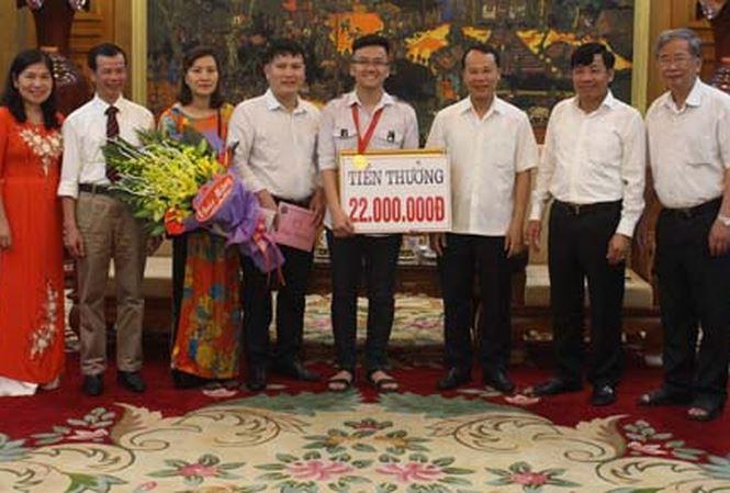 Chủ tịch UBND TP Bắc Giang Mai Sơn trao số tiền 22 triệu đồng thưởng cho Trịnh Duy Hiếu