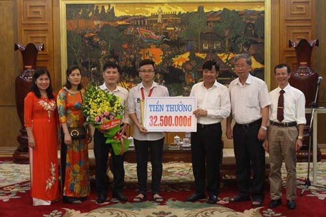 Phó Chủ tịch UBND tỉnh Bắc Giang trao Bằng khen và tiền thưởng 32,5 triệu đồng cho Trịnh Duy Hiếu.