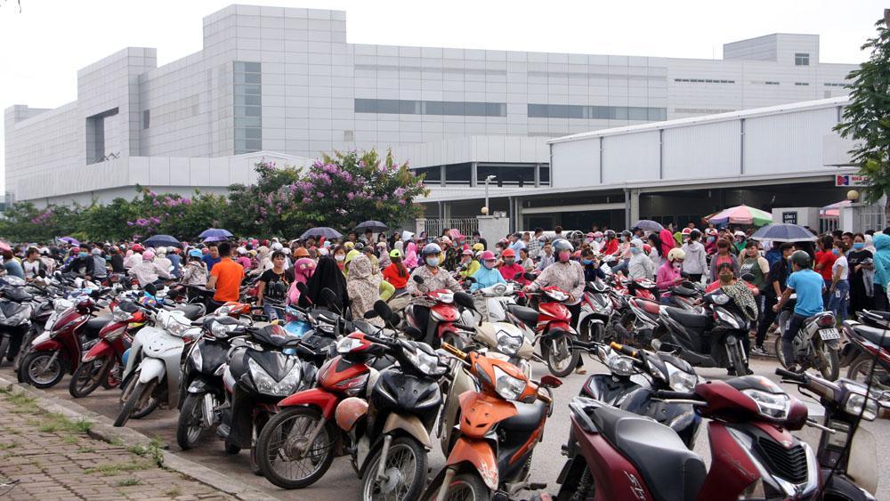 Công nhân Công ty TNHH Crystal Martin Việt Nam ngừng việc tập thể.