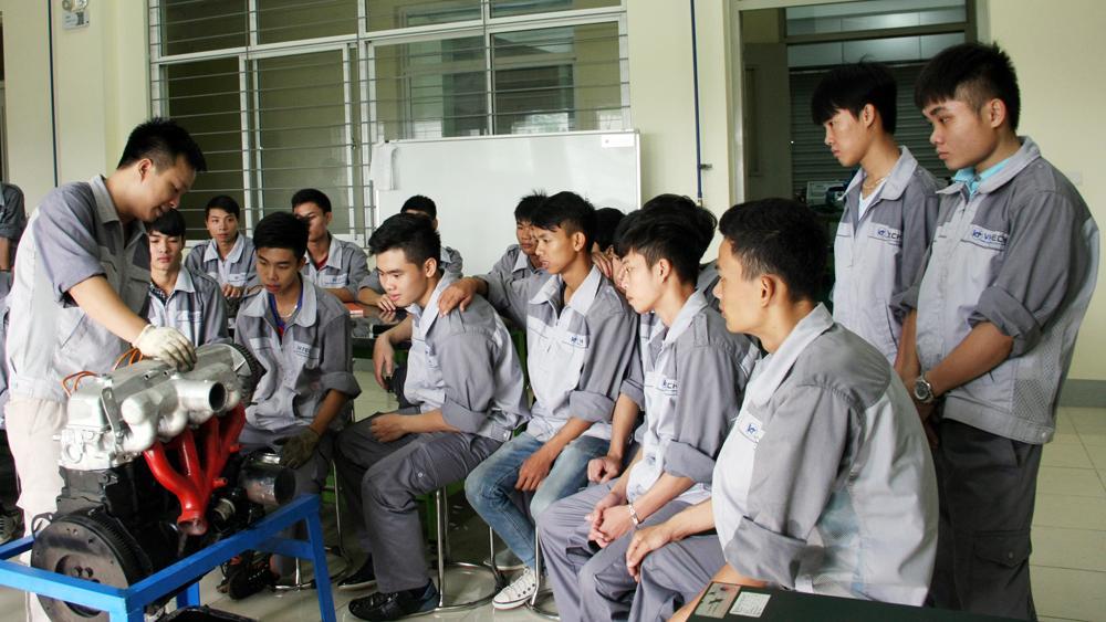 Sinh viên Trường Cao đẳng nghề Công nghệ Việt - Hàn trong một giờ thực hành.
