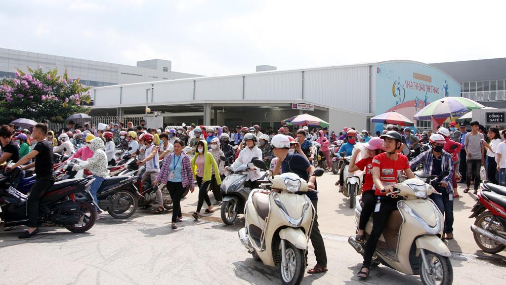 Sáng 15/5, khoảng 5 nghìn công nhân Công ty TNHH Crystal Martin Việt Nam tiếp tục ngừng việc tập thể.