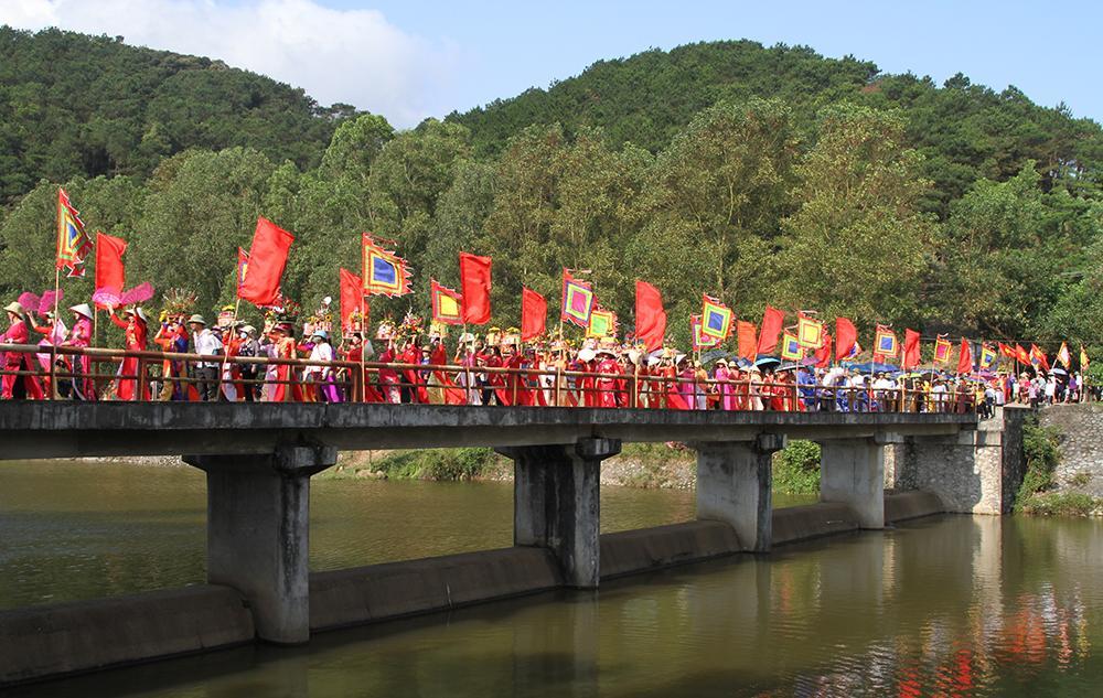 Ngay từ sáng sớm, các đoàn rước lễ vật từ 25 thôn của xã Nghĩa Phương đổ về khu trung tâm lễ hội.