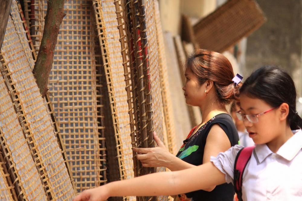 Ở làng Thổ Hà hiện tại, có khoảng hơn 400 hộ gia đình gắn bó với nghề làm bánh đa