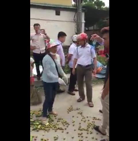 Chủ tịch UBND xã Hồng Thái cho rằng người bán hoa quả đã tự ý đập số hoa quả của mình còn quay ra chửi bới lực lượng chức năng.