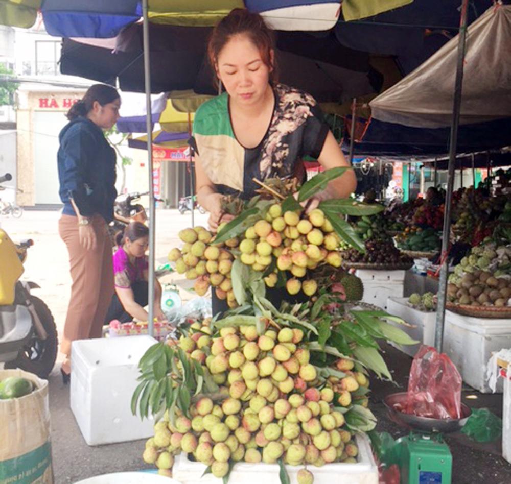 Vải đầu mùa được bày bán tại chợ Thương (TP Bắc Giang).