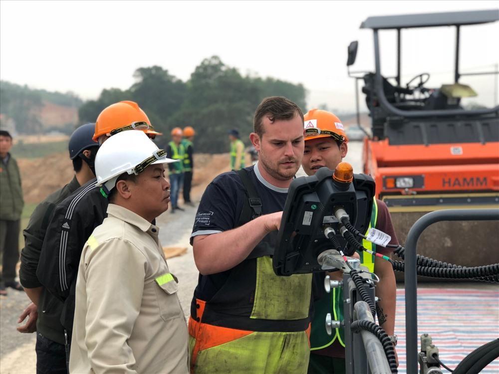 Gói thầu đầu tiên rải thảm bê tông nhựa mặt đường của dự án cao tốc Bắc Giang - Lạng Sơn. Ảnh PV