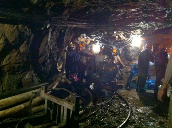 Công nhân làm việc trong hầm lò ở mỏ chì kẽm Pù Sáp