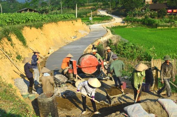 Làm đường nông thôn mới tại huyện Na Rỳ