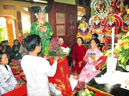 Nghi lễ dâng hương tại đền Thắm.