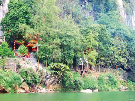 Không gian hữu tình của đền Thắm, phía trước nhìn ra dòngsông Cầu thơ mộng, phía sau dựa vào núi đá sừng sững.