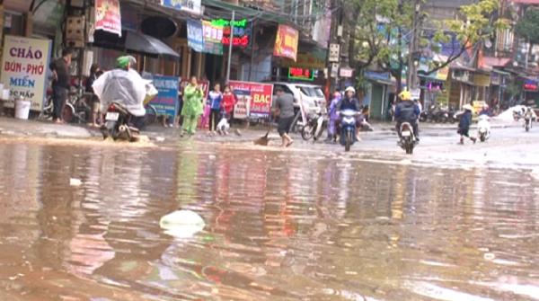 Nhiều tuyến đường bị ngập trong nước gây khó khăn cho việc lưu thông