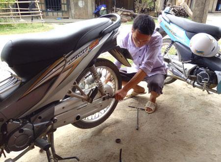 Số tiền tích cóp gần 30 triệu đồng từ sửa chữa xe máy và làm nông nghiệp của anh Tu đã bị lừa là một mất mát lớn đối với gia đình