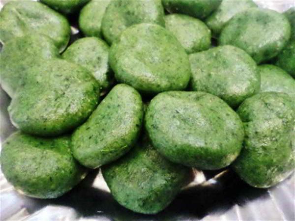 Bánh ngải khi ăn sẽ có vị hăng hăng, thơm thơm là lạ của lá ngải.(Ảnh minh họa)
