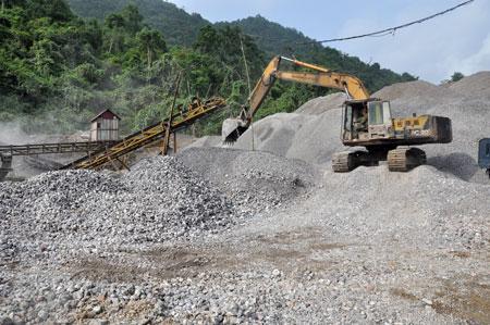 Trong khai thác đá có nhiều nguy cơ tiềm ẩn cho người lao động và ô nhiễm môi trường.