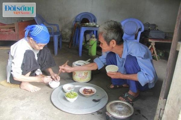 Ông Tài ân cần gắp thức ăn, chăm sóc đến vợ từng chút một. Ảnh C.N