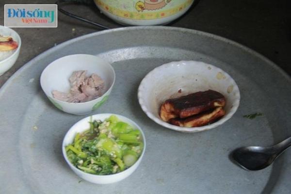 Bữa ăn 5 nghìn đồng của ông bà Đầm - Tài gồm có rau, thịt và đậu phụ còn thừa lúc trưa. Ảnh C.N