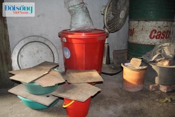 Những vật dụng được 2 ông bà dùng để trữ nước mưa cho ăn uống và sinh hoạt. Ảnh C.N