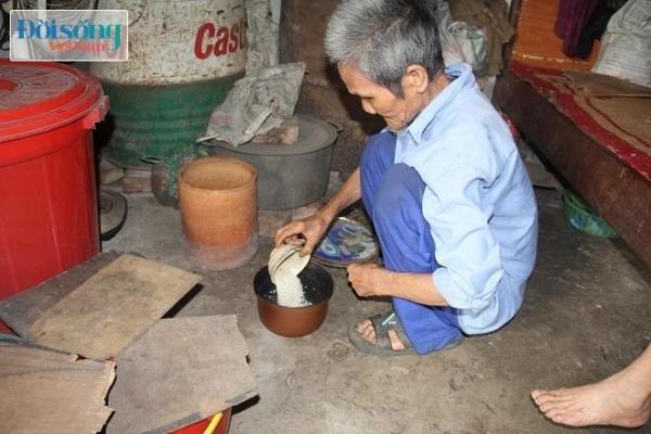 Ông Tài bữa nào cũng nấu ăn phục vụ vợ bởi mắt bà không nhìn thấy, tai lại điếc. Ảnh C.N