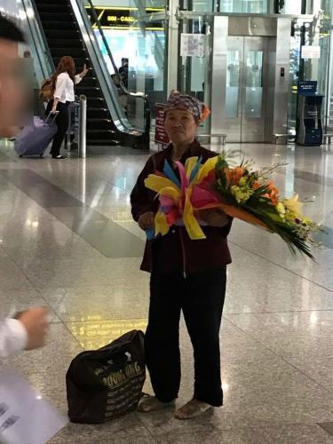 Hình ảnh người mẹ già đứng trông ngóng chờ con gái. Ảnh nguồn: Internet.