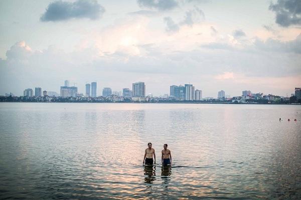 Hai người đàn ông tắm ở hồ Tây, Hà Nội. Ảnh: Mathieu Arnaudet - 500px.com.